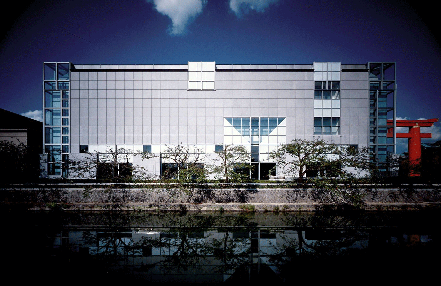 View from the canal to the south of the museum. Photo by Ogawa Taisuke