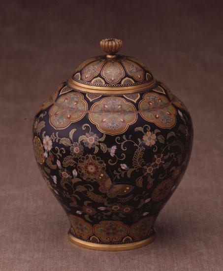 NAMIKAWA Yasuyuki, Pot with Butterflies and Flower Arabesque Patterns, Meiji preriod, Photo by KIMURA Yoichi