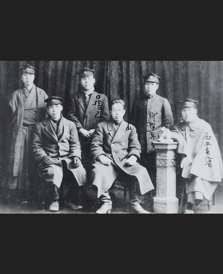 Group photo at the Student Exhibition, February 3, 1920, photographer unknown, NTT FACILITIES, INC.