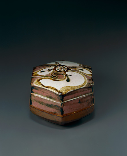河井寬次郎《辰砂菱花文六方食籠》1941(昭和16)年 京都国立近代美術館